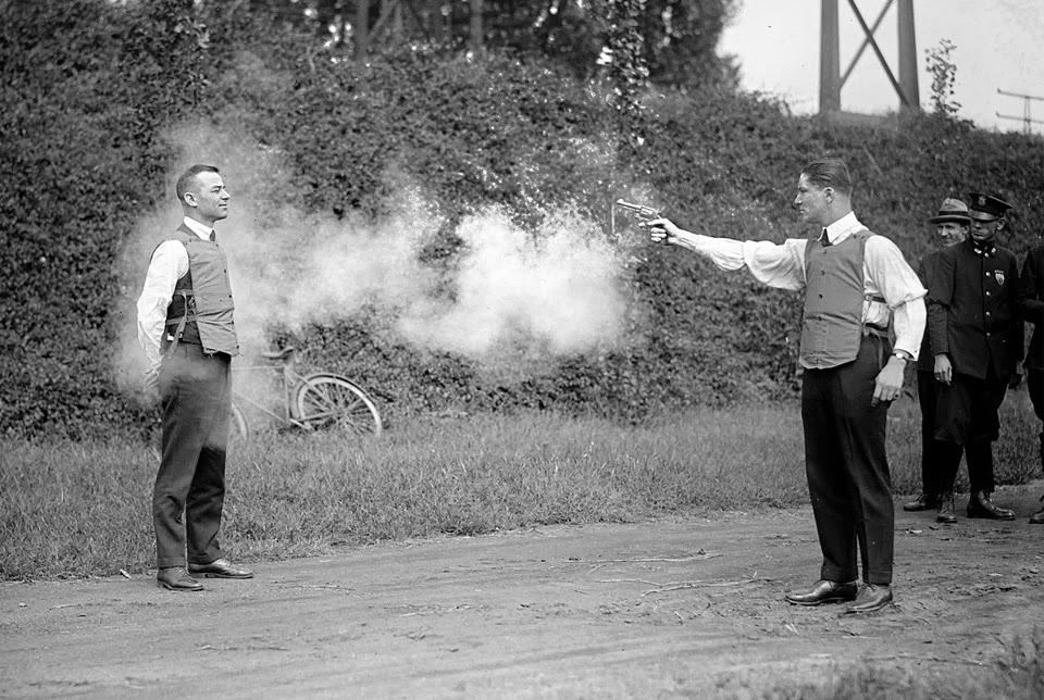 Тест на бронежилетка през 1923 година